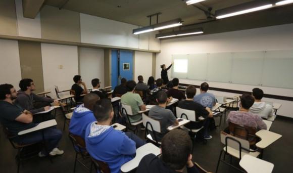 Sobre o desempenho de alunos de cursos presenciais e EAD