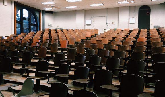 Levantamento realizado pelo IDados aponta que cerca da metade dos universitários não conseguem se formar