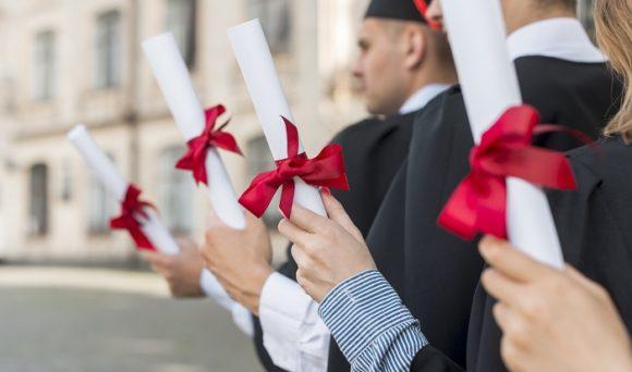 IDados no G1: pós-graduação resulta em aumento de salário